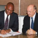 Ph: DR - Tony O. Elumelu, président de héritiers Holdings et Transcorp (à gauche) et Rudi Jagersbacher, président de Hilton Worldwide Moyen-Orient et l'Afrique, signent un accord de gestion pour le développement de Transcorp Hilton Ikoyi à Lagos.