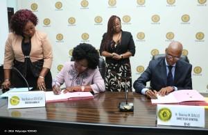 La DG FAGACE par intérim et le DG BSIC-Bénin signant les accords.