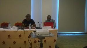 Ph:DR-: Mme Nasrine A. Chobli, Responsable de la relation Investisseurs et Promotions des Titres publics et M. Assane Belem, Chargé des Opérations
