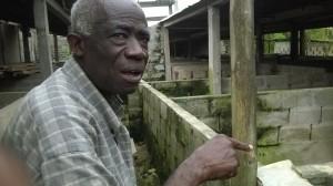 Ph: DR-: Le Vieux Agondohoui expliquant les manifestations de la peste porcine