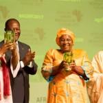 Ph: DR-: La malienne Maïmouna Coulibaly Sidibe et la kenyane Ruth Khasaya Oniang'o entourées des présidents Obasanjo  Oluségun (ancien président du Nigéria) et Alassane  Ouattara de la Côte-d'Ivoire.