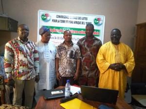 De gauche à droite: Le représentant de la  PNoPPAM,M. René Sègbénou du Réseau JINUKUN,M. Bertrand Yèhouénou de la Synergie paysanne, M. Luc Agblakou de l'Ong No vox et  M. Yves Joel Zoffoun de l'Ong Bethsda.