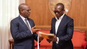 Ph: DR-: Le président de la Commission de l'Uemoa, M. Abdallah Boureima remettant le Mémorandum des travaux de la revue annuel au Président Patrice Talon