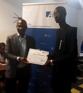 Ph: DR- M. Théodore Golli remettant le certificat de participation à M. Gildas Enock Kpatindé, élu 2ème jeune leader des participants