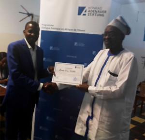 Ph: DR- M. Damien Zinsou Dégbé, 3ème Jeune leader du groupe recevant son certificat de participation