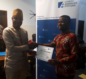 Ph: DR-: Dr Edon Cyriaque  remettant le certificat de participation à M. Patel Gbèdjèmaiho, élu Jeune leader par ses paires
