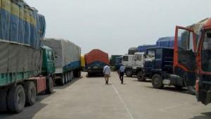 Ph: DR-: De longues files de camions poids lourds et camions citernes en stationnement.